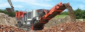 QI341 Mobile impact crusher in a recycling application