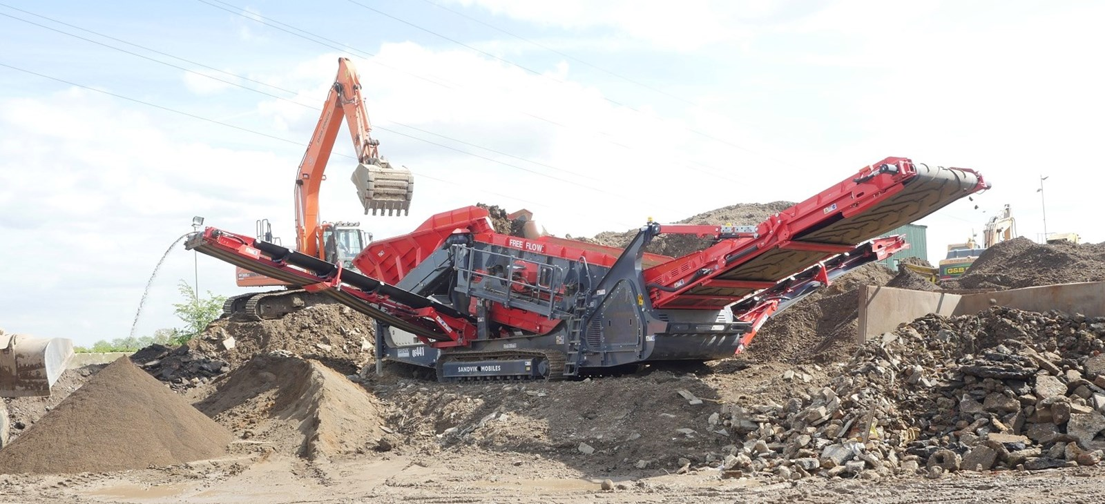 QE441 Free Flow scalping screen from Sandvik Mobile Crushers and Screens